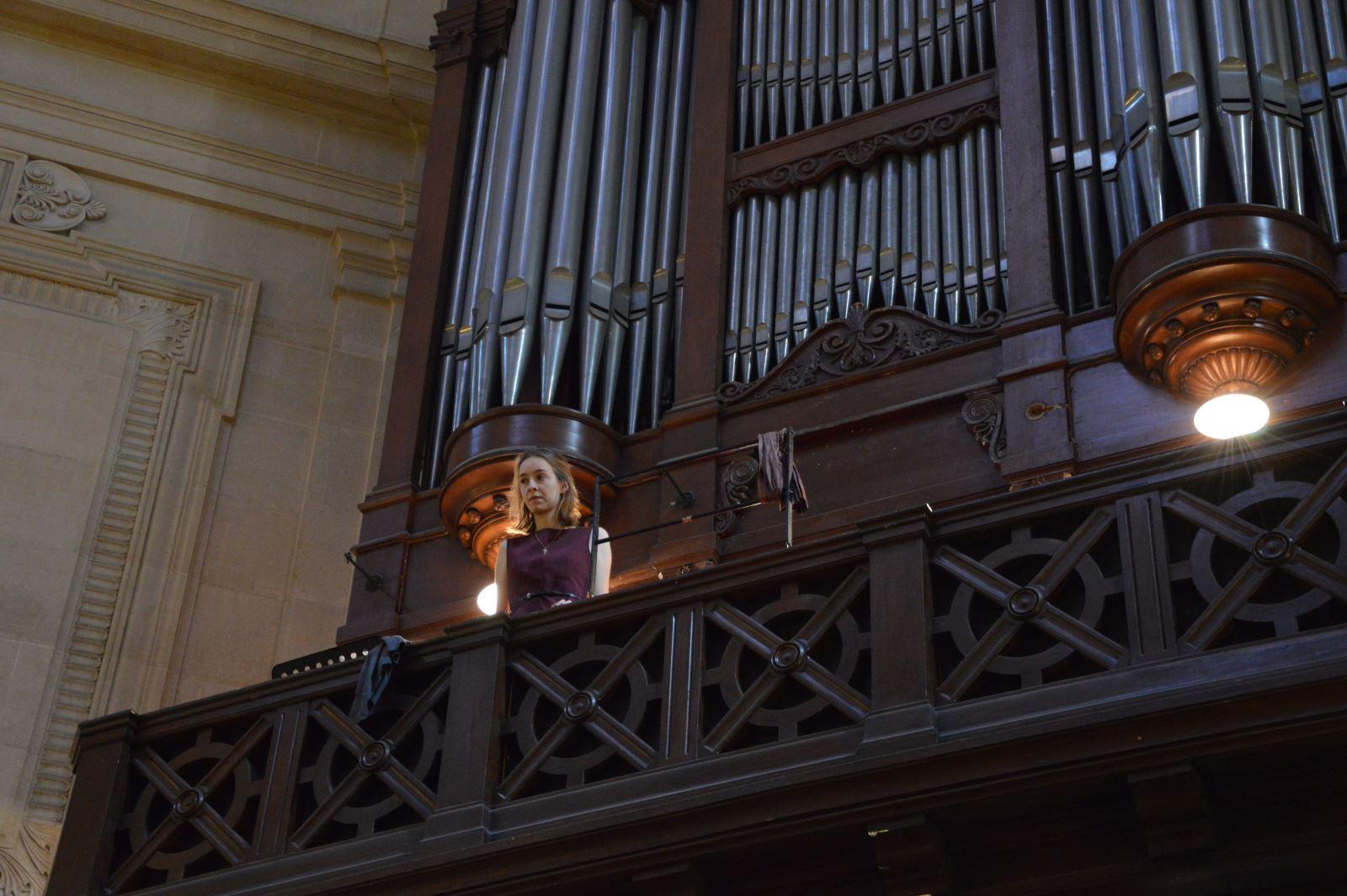 Hautboiste sur la tribune de l'orgue